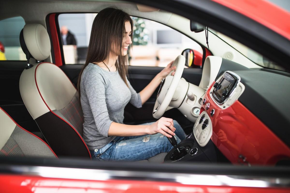 kobieta za kierownicą luksusowego auta