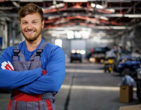 uśmiechnięty mechanik w warsztacie