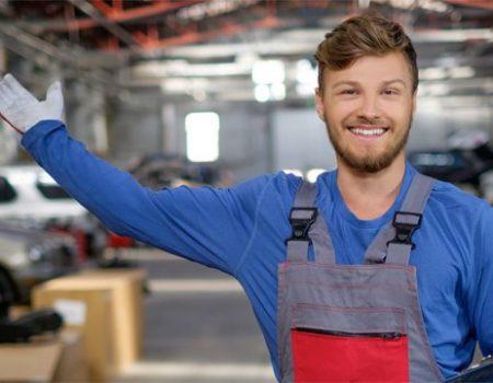 uśmiechnięty mechanik