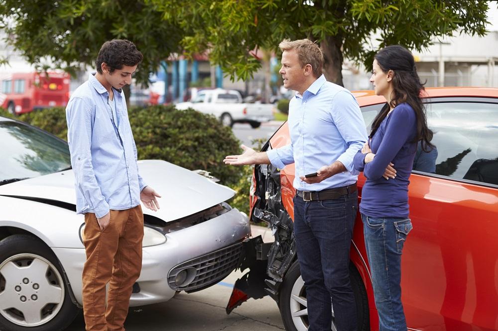 rozmowa ludzi po wypadku samochodowym