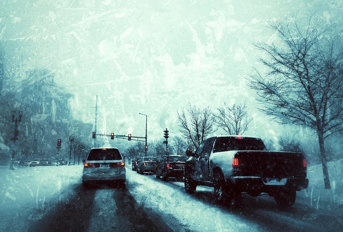auta w mieście na drodze zimą