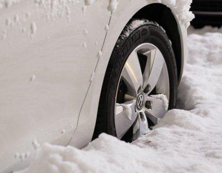 zakopane w śniegu auto