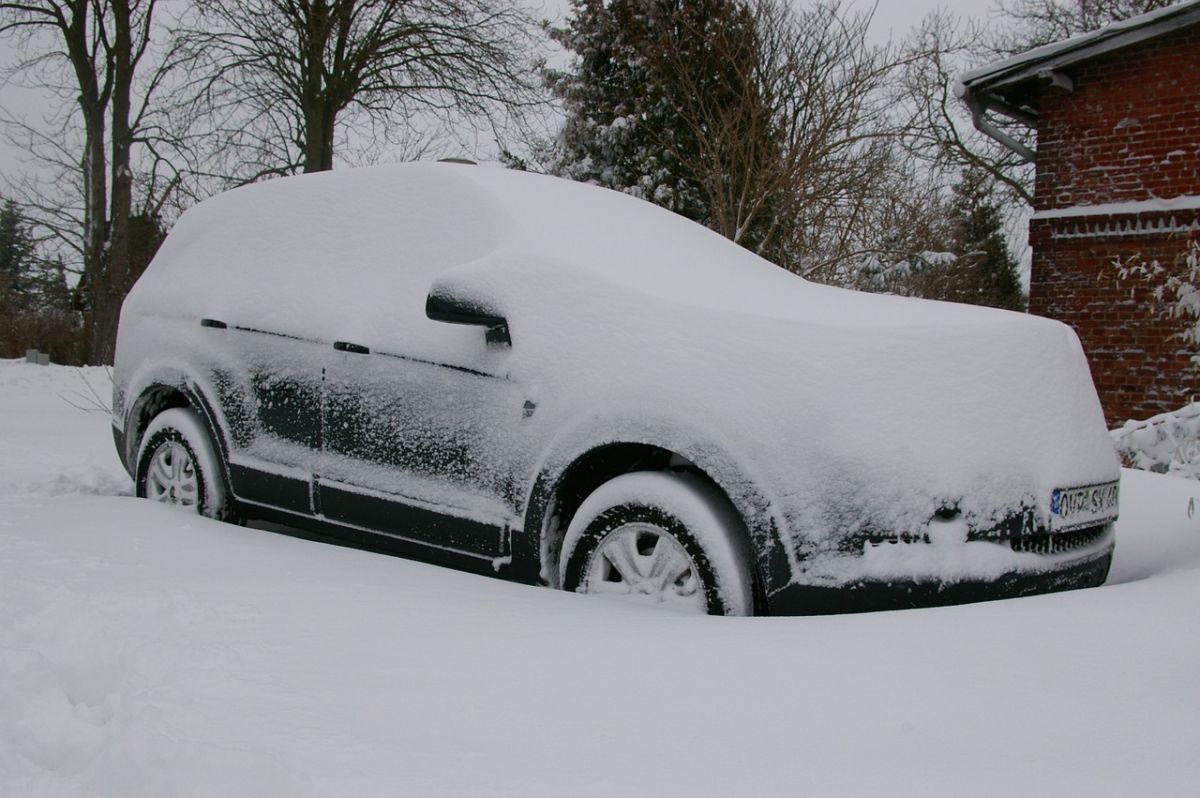 auto przysypane śniegiem